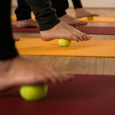 Massage du pied avec une balle de tennis